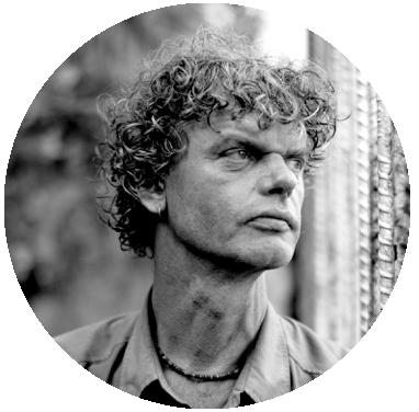 """Kadir van Lohuizen (1963) werkt sinds eind jaren tachtig als freelance fotojournalist. In het begin van zijn carrière hield hij zich vooral bezig met conflicten. Hij publiceerde in De Groene Amsterdammer, Vrij Nederland, Trouw, NRC, de Volkskrant en in internationale media als The Independent en TIME. Na verloop van tijd ging hij zich steeds meer richten op sociale en maatschappelijke projecten. In 1997 trok hij langs de zeven grote rivieren van de wereld om het leven langs de oevers vast te leggen. Dat resulteerde in het boek 'Aderen'. Van Lohuizens recente projecten gingen onder andere over de zeespiegelstijging, diamantmijnen en kinderen in gevangenissen. Het wereldwijde afvalprobleem is dus niet het eerste maatschappelijke onderwerp dat hij vastlegt, maar Van Lohuizen ziet zichzelf niet als activist. """"Ik wil in de eerste plaats dat mensen door mijn werk gaan nadenken."""" Voor zijn werk ontving Van Lohuizen diverse prijzen, waaronder meerdere World Press Photo Awards."""